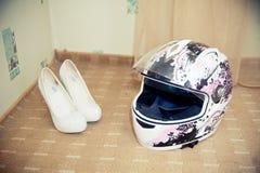 Ρόδινα κράνος μοτοσικλετών και παπούτσια των γυναικών Στοκ εικόνες με δικαίωμα ελεύθερης χρήσης