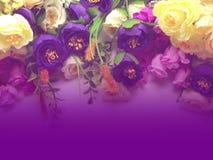 Ρόδινα λουλούδια ανθοδεσμών με το πορφυρό υπόβαθρο τόνου Στοκ φωτογραφίες με δικαίωμα ελεύθερης χρήσης