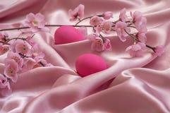 Ρόδινα λουλούδια και αυγά μεταξιού Στοκ Εικόνες