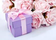 Ρόδινα λουλούδια και κιβώτιο δώρων Στοκ εικόνες με δικαίωμα ελεύθερης χρήσης
