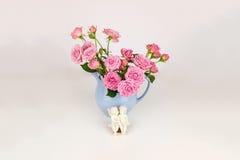 Ρόδινα λουλούδια στην μπλε κανάτα Στοκ εικόνες με δικαίωμα ελεύθερης χρήσης