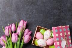 Ρόδινα λουλούδια τουλιπών και αυγά Πάσχας στοκ φωτογραφία με δικαίωμα ελεύθερης χρήσης
