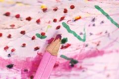 Ρόδινα παιδιά μολυβιών κραγιονιών που σύρουν την εκμάθηση δημιουργικότητας Στοκ Φωτογραφία