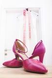 Ρόδινα παπούτσια γαμήλιων νυφών Στοκ εικόνες με δικαίωμα ελεύθερης χρήσης