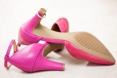 Ρόδινα παπούτσια γαμήλιων νυφών Στοκ Εικόνες