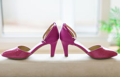 Ρόδινα παπούτσια γαμήλιων νυφών Στοκ Φωτογραφίες