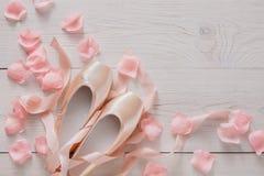 Ρόδινα παπούτσια μπαλέτου pointe στο άσπρο ξύλινο υπόβαθρο Στοκ Εικόνες