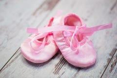 Ρόδινα παπούτσια παιδιών ` s σε ένα ξύλινο υπόβαθρο αναμονή κοριτσιών Στοκ φωτογραφία με δικαίωμα ελεύθερης χρήσης