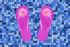 Ρόδινα παπούτσια παραλιών με τα λουλούδια στο κεραμίδι λιμνών Στοκ φωτογραφίες με δικαίωμα ελεύθερης χρήσης
