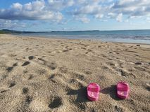 Ρόδινα παπούτσια στην παραλία Στοκ φωτογραφίες με δικαίωμα ελεύθερης χρήσης