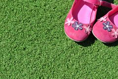 Ρόδινα παπούτσια στη χλόη Στοκ εικόνα με δικαίωμα ελεύθερης χρήσης