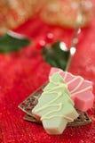 Ρόδινα σπιτικά γλυκά χριστουγεννιάτικων δέντρων στο εορταστικό χρυσό κόκκινο ύφος Στοκ Εικόνες