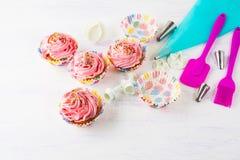 Ρόδινα σπιτικά cupcakes και cookware Στοκ εικόνα με δικαίωμα ελεύθερης χρήσης