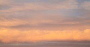 Ρόδινα σύννεφα θύελλας στα στρώματα των γραμμών στο ηλιοβασίλεμα Στοκ Εικόνες