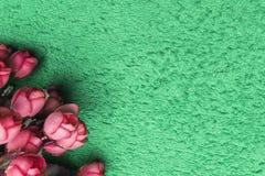 Ρόδινα τεχνητά τριαντάφυλλα σε ένα ελατήριο-πράσινο υπόβαθρο Στοκ φωτογραφία με δικαίωμα ελεύθερης χρήσης