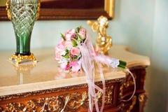 ρόδινα τριαντάφυλλα ανθοδεσμών μικρά στοκ φωτογραφίες