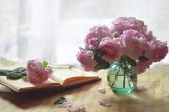 ρόδινα τριαντάφυλλα ανθο& Στοκ Φωτογραφίες