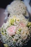 ρόδινα τριαντάφυλλα κίτρινα γάμος πρώτου πλάνου εστίασης 3 ανθοδεσμών Στοκ Φωτογραφία