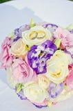 ρόδινα τριαντάφυλλα κίτρινα γάμος πρώτου πλάνου εστίασης 3 ανθοδεσμών Στοκ φωτογραφία με δικαίωμα ελεύθερης χρήσης