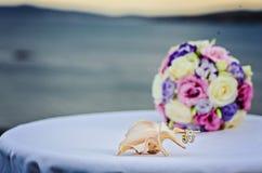 ρόδινα τριαντάφυλλα κίτρινα γάμος πρώτου πλάνου εστίασης 3 ανθοδεσμών Στοκ Εικόνες