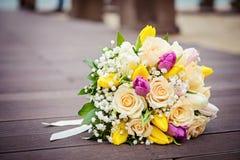 ρόδινα τριαντάφυλλα κίτρινα γάμος πρώτου πλάνου εστίασης 3 ανθοδεσμών Στοκ εικόνα με δικαίωμα ελεύθερης χρήσης