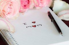 Ρόδινα τριαντάφυλλα και αγαπώ mom το κείμενο Στοκ Εικόνες