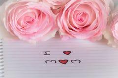 Ρόδινα τριαντάφυλλα και αγαπώ mom το κείμενο Στοκ φωτογραφία με δικαίωμα ελεύθερης χρήσης