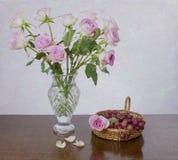 Ρόδινα τριαντάφυλλα και σταφύλια Στοκ εικόνα με δικαίωμα ελεύθερης χρήσης