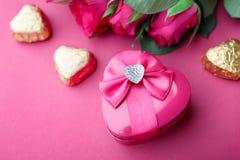 Ρόδινα τριαντάφυλλα και δώρο βαλεντίνος μορφής αγάπης καρδιών καρτών Στοκ Εικόνες