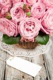 Ρόδινα τριαντάφυλλα με την κενή ετικέτα στοκ εικόνες