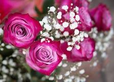 Ρόδινα τριαντάφυλλα στην ανθοδέσμη Ρωμανικό δώρο Λουλούδια Στοκ φωτογραφία με δικαίωμα ελεύθερης χρήσης