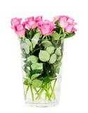Ρόδινα τριαντάφυλλα στο βάζο που απομονώνεται στο άσπρο υπόβαθρο στοκ εικόνες