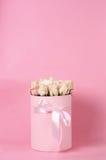 Ρόδινα τριαντάφυλλα στο κιβώτιο δώρων στοκ φωτογραφία με δικαίωμα ελεύθερης χρήσης
