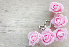 Ρόδινα τριαντάφυλλα συνόρων, ασημένια καρδιά δύο Στοκ φωτογραφία με δικαίωμα ελεύθερης χρήσης