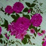 Ρόδινα τριαντάφυλλα υποβάθρου στο βαμβάκι Στοκ Εικόνες