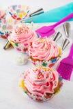Ρόδινα cupcakes και εργαλεία κουζινών, κάθετα Στοκ εικόνα με δικαίωμα ελεύθερης χρήσης