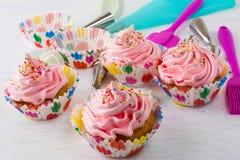 Ρόδινα cupcakes και cookware Στοκ φωτογραφία με δικαίωμα ελεύθερης χρήσης