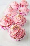 Ρόδινα cupcakes στην πετσέτα λινού Στοκ φωτογραφίες με δικαίωμα ελεύθερης χρήσης