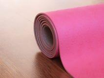 Ρόδινα pilates, χαλί γιόγκας ή ικανότητας στο ξύλινο πάτωμα Στοκ Φωτογραφία