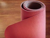 Ρόδινα pilates, χαλί γιόγκας ή ικανότητας στο ξύλινο πάτωμα Στοκ Εικόνες