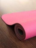 Ρόδινα pilates, χαλί γιόγκας ή ικανότητας στο ξύλινο πάτωμα Στοκ Εικόνα