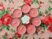 Ρόδινα scented κεριά με το άσπρο λουλούδι στη μέση Στοκ φωτογραφία με δικαίωμα ελεύθερης χρήσης