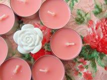 Ρόδινα scented κεριά με το άσπρο λουλούδι στη μέση Στοκ Φωτογραφίες