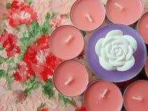 Ρόδινα scented κεριά με το άσπρο λουλούδι στη μέση Στοκ Εικόνες
