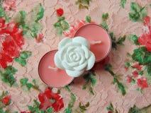 Ρόδινα scented κεριά με το άσπρο λουλούδι στη μέση Στοκ φωτογραφίες με δικαίωμα ελεύθερης χρήσης