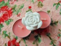 Ρόδινα scented κεριά με το άσπρο λουλούδι στη μέση Στοκ εικόνα με δικαίωμα ελεύθερης χρήσης