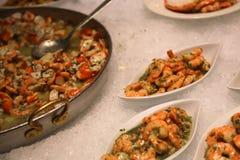 ρόδινες γαρίδες που μαγειρεύονται με το μαϊντανό και το ζωμό Στοκ εικόνες με δικαίωμα ελεύθερης χρήσης
