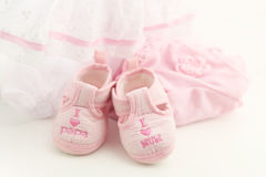 Ρόδινες λείες μωρών σε ένα φωτεινό ρόδινο υπόβαθρο Ιματισμός μωρών στοκ φωτογραφίες