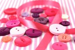 Ρόδινες και πορφυρές κουμπιά ψιλικών και κορδέλλα τεχνών Στοκ Εικόνες