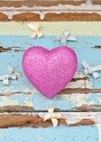 Ρόδινες καρδιές και κορδέλλες στο βρώμικο ανοικτό μπλε ξύλινο υπόβαθρο Στοκ Εικόνα